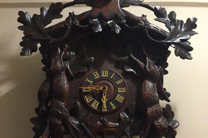 antika guguklu duvar saati ahşap işlemeli